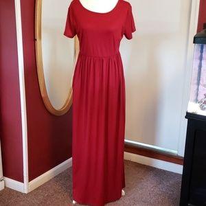 Maroon short sleeve maxi dress w/pockets!